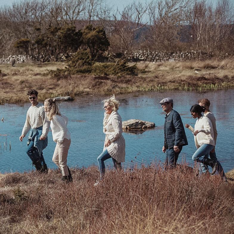 Grupp som vandrar vid sjö