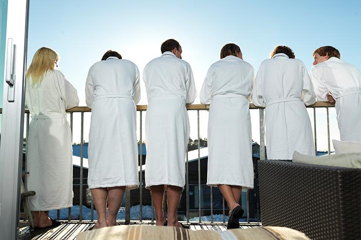 Personer i morgonrock på balkong Torekov hotell spa