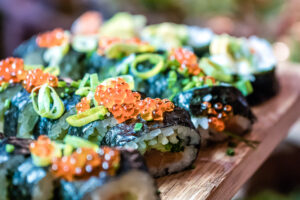 Färgglad sushi asiatiskt julbord