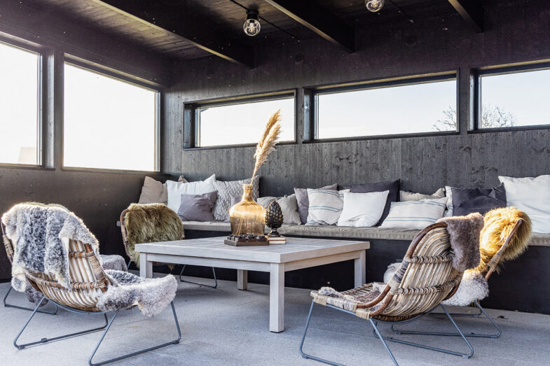 Relax i bastuhuset med fåtöljer och soffa.