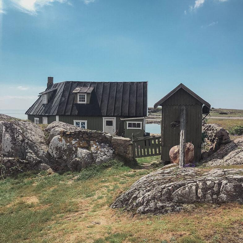 Hus på Hallandsväderö i sommarväder.