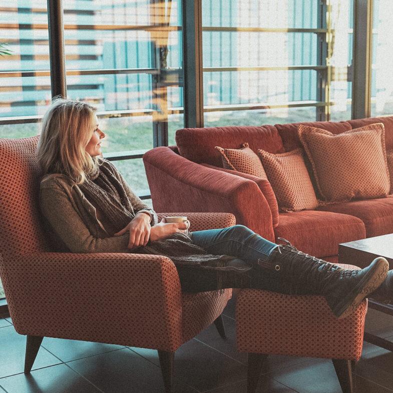 Kvinna i fåtölj Torekov hotell